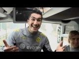 Полузащитник Нури Сахин и вратарь Роман Вейденфеллер не могут усидеть на месте и даже в автобусе умудряются тренироваться.