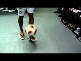 Neymar mostra habilidade mesmo de chinelo
