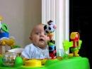 Ребенок наблюдает, как высмаркивается мама