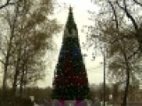 В Москве на Воробьевых горах и у спорткомплекса `Олимпийский` установили елки - Первый канал