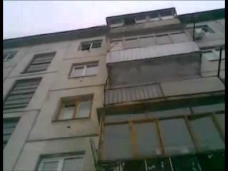 Упал мужик с 5 этаже а затем встал и пошел..