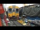 市場を走る列車~タイ メークロン市場にて Maeklong market and train