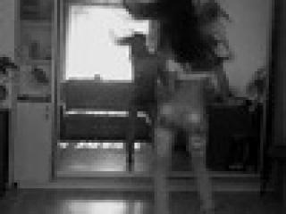 телка танцует красиво перед зеркалом если желание