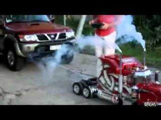 Игрушечный грузовик буксует машину