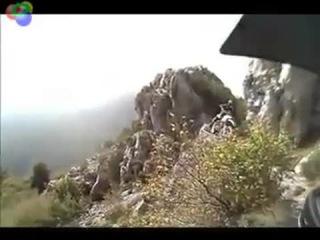экстремальная езда по склону горы на мотоцикле