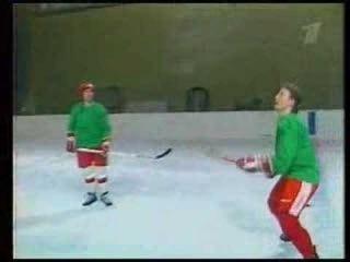 Советские игроки делают невероятные трюки с шайбой на практике