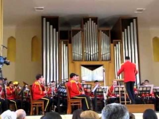 оркестр играет музыку из фильма