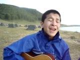 Талантливый Казахский парень играет на гитаре красивую песню