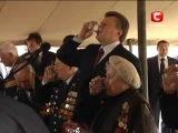 Янукович - Так, Саша, ну шо ти, налий мені шоб мені соромно не було...
