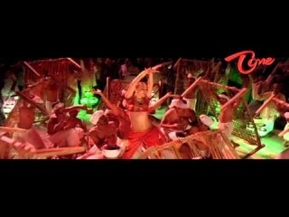 украинская девушка танцует и поет на первом плане в индийском фильме