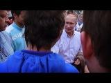 Сэм Никель трогает девушек за сиськи