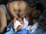 Так мило=) Малышь не дает спать папе)