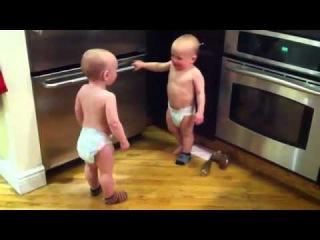 Братья близнецы общаются на своем языке