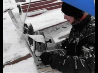 Уличный художник рисует портреты на печатной машинке