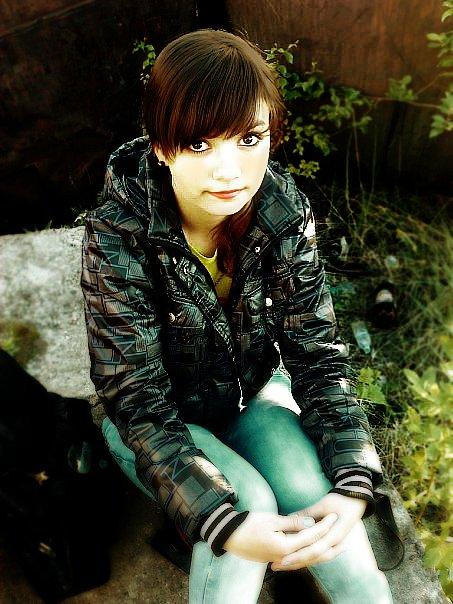 Акцент на девочку, изменение контраста, изменение цветов и добавление нескольких эффектов.