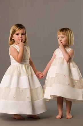 Девочкам обычно очень нравятся наряды, похожие на платье невесты.