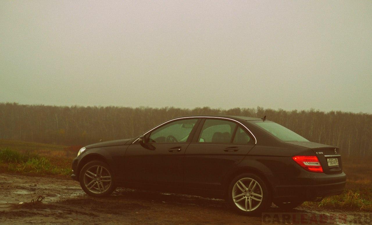 Презабавно, что в нашей тестовой версии Mercedes C нет хромированного молдинга в нажней части дверных окон. Хромом не обделен, например, C350.