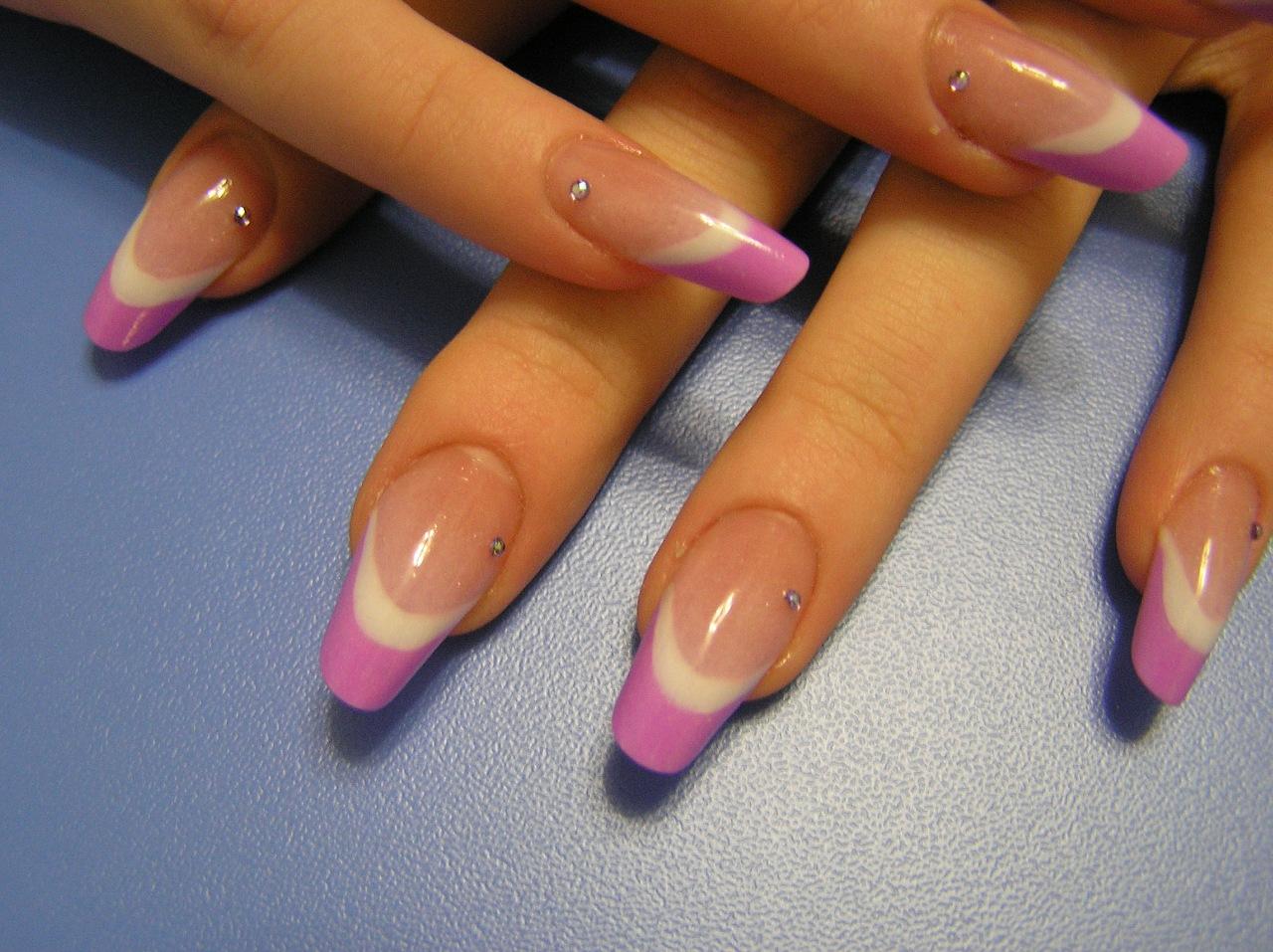 Фото яркого маникюра на круглых ногтях