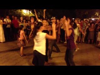 Калмыцкие танцы в центре Элисты. Иткл