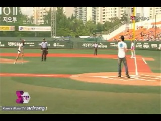 Park Si-yeon throws the first ball at a pro-baseball game [Showbiz Korea] 2012