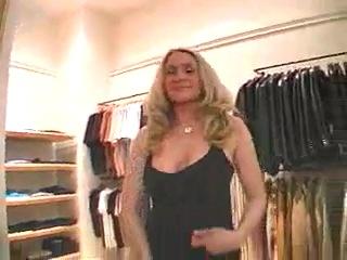 Видео девушка раздевается в магазине фото 292-119