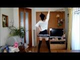 прикольно танцует японка*