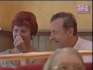 Официантка разливает молоко в кофе из своей груди