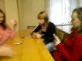 Девчонки играют в карты 2