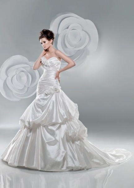 Свадебное платье 2214 от Benjamin Roberts.