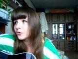 Красивая девушка поет армейскую песню под гитару - А я не вернусь.