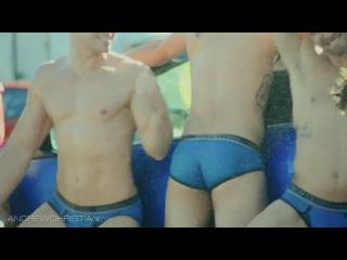 Спортивные сексуальные парни моют машинуDD ваааааауууу это что то