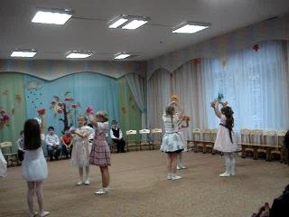 Танец цветов в детском саду на празднике День Матери.Лиза танцует с голубыми цветами.