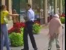 ПРИКОЛЫ: бабуля хулиганит (даёт пинок под зад полицейскому)
