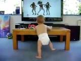 Маленький мальчик смешно танцует.