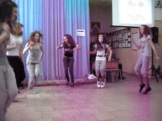 Девченки прикольно танцуют * * *