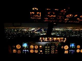 Ночная посадка самолета  Boeing 737 из кабины пилота. КРАСИВО)))))
