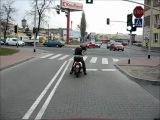 Никуда не спешащий скутерист с топором