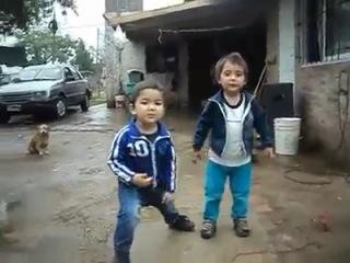 Дети прикольно танцуют
