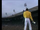 Распевка Фредди Меркьюри вместе с многотысячной аудиторией на стадионе