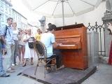 В центре города Львов стоит пианино и каждый желающий подходит и играет, этот парень из Франции