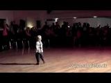 Маленький мальчик офигенно танцует