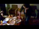 этот Dj сыграет даже на тарелках с костями !!!!