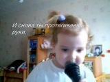 Маленькая девочка поет. Песня о войне