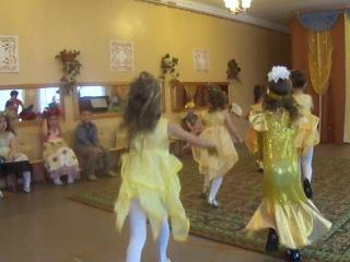Танец с листиками