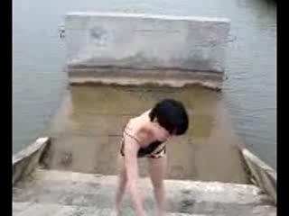 Пьяная и голая девушка полезла купаться