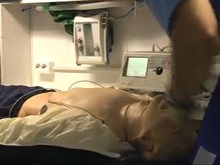 Алгоритм фибрилляции желудочков при оказании помощи тремя сотрудниками в салоне скорой помощи