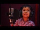Маленький мальчик поет
