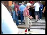 Вообще-то этот дедушка танцевал народный танец, но ТАКОЕ мастерство под любую музыку хорошо. Повторить, кажется, невозможно
