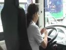 Китайская девушка - водитель автобуса.