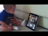 Малыш разговаривает с котом в iPad (Talking Tom App)